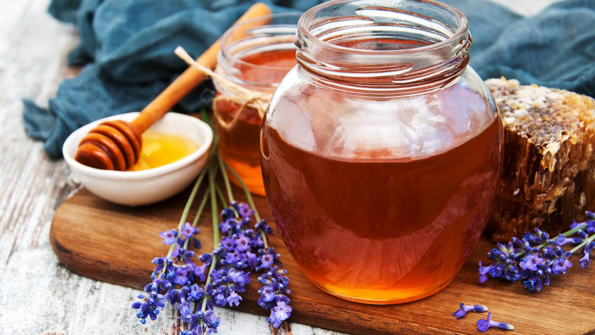 barattolo-miele-naturale-su-tagliere-e-spezie